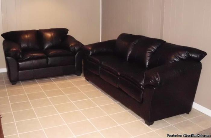 Black Leather Couch And Love Seat In Excellent Condition