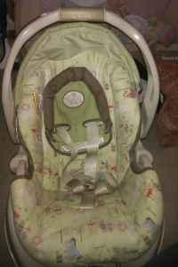 Graco Winnie the pooh happy day carseat and base
