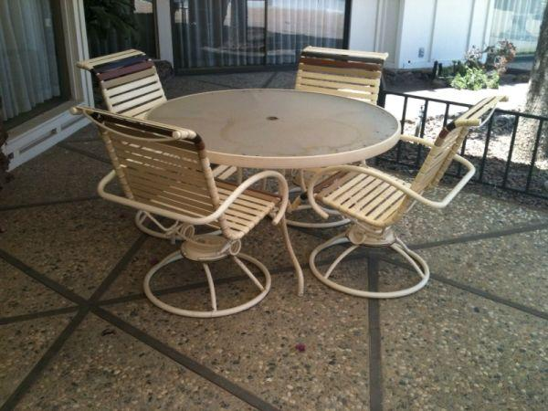 Patio Set Wumbrella And Lounge  Great Condition