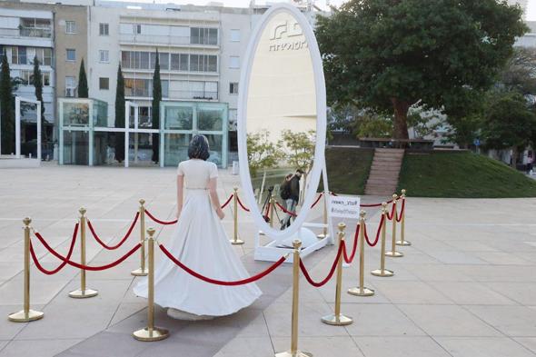 """""""בלב האומה"""" פסל של השרה רגב הוצב בכיכר הבימה בת""""א"""