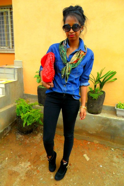 Blue-denim-shirt-black-studded-boots-red-red-bag_400