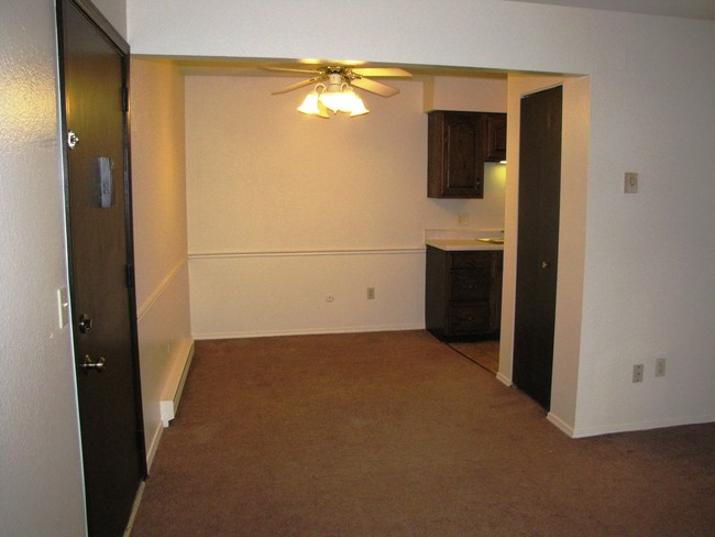 Separate Dining Area With Ceiling Fan Jandal Apartments