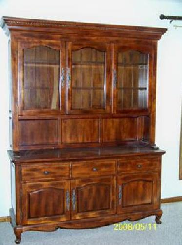 5000 Woodleys Dining Hutch And Table With 6 Chairs