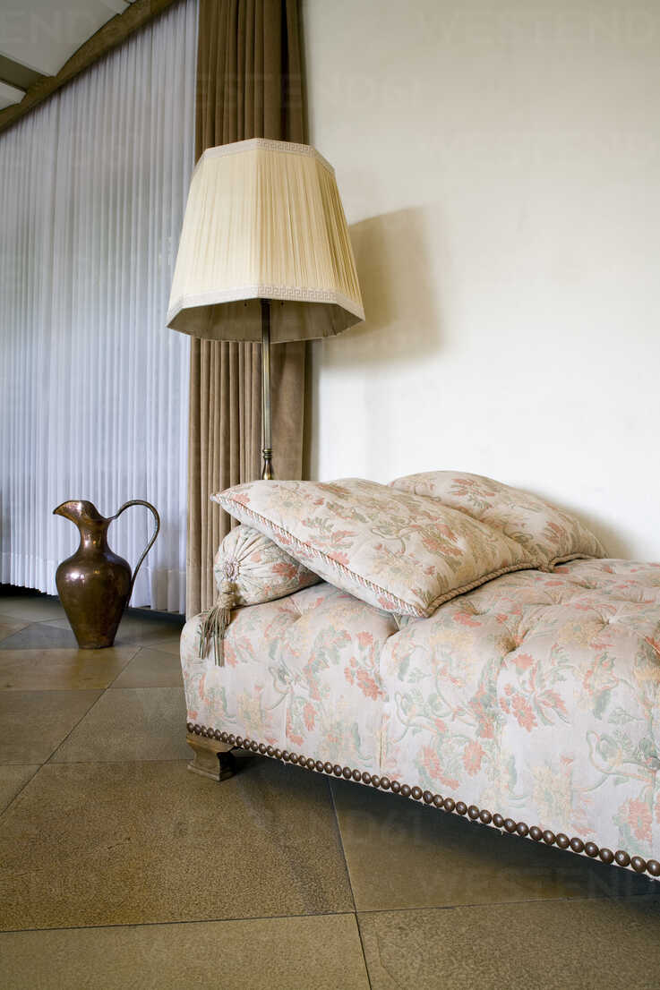 https www westend61 de en imageview patf000023 old fashioned couch and floor lamp in a living room