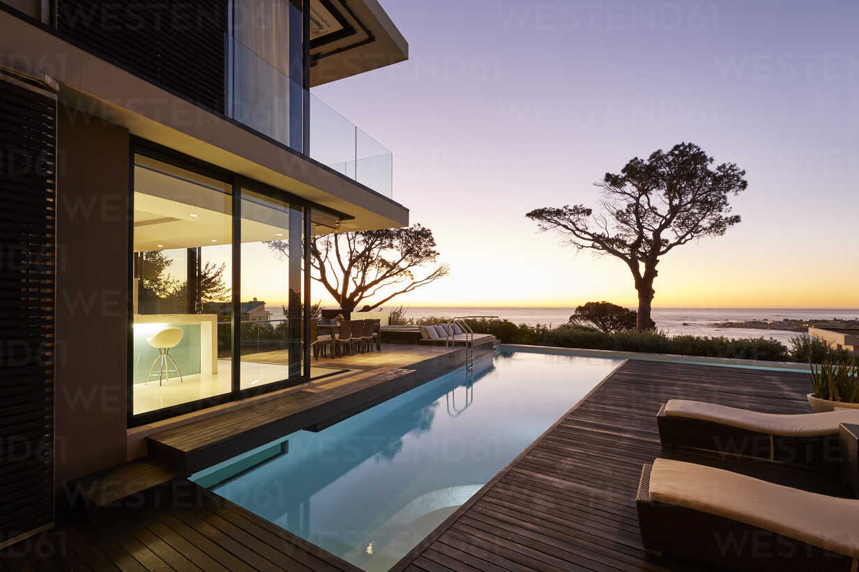 https www westend61 de en imageview hoxf00485 modern luxury home showcase patio and swimming pool with sunset ocean view