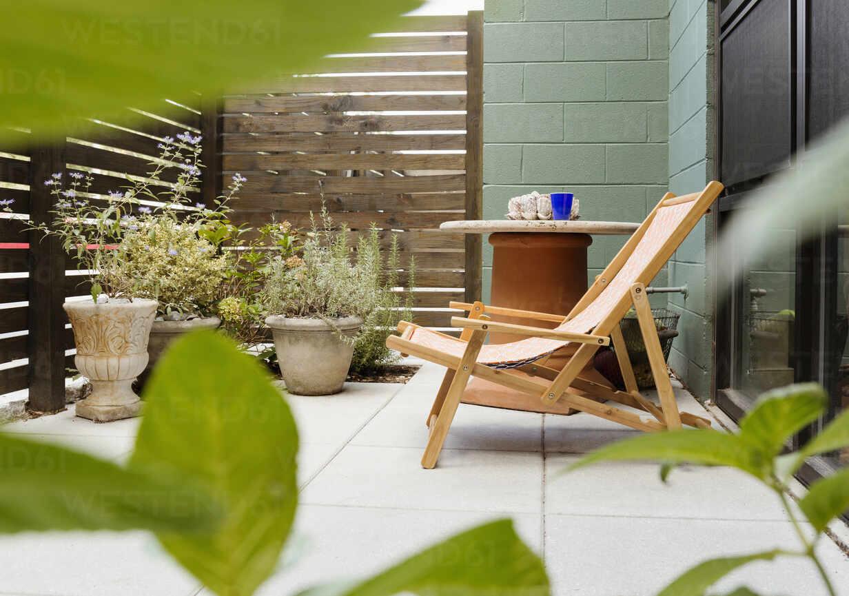 https www westend61 de en imageview blef14231 landscaping and patio of modern condo building