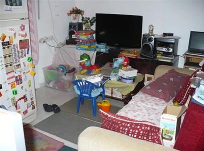 ביתה הזמני של רונית לוי. חדר וחצי עם תאומים
