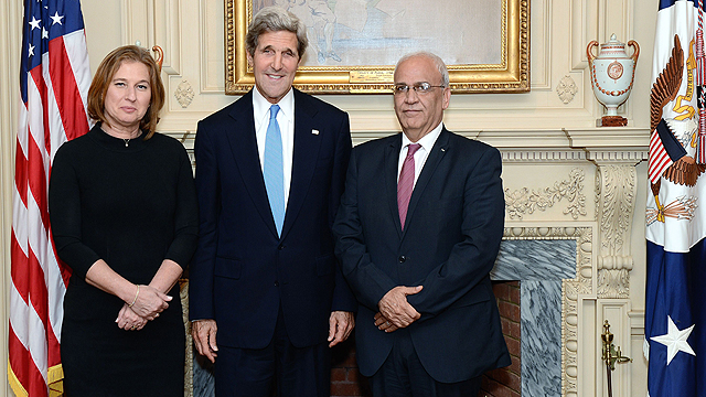 Kerry with negotiators Livni and Erekat (Archive photo: AFP)