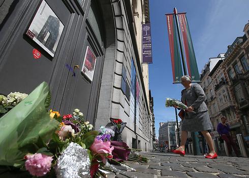 Niederlegung von Blumensträußen nach den Anschlägen in Brüssel (Foto: EPA)