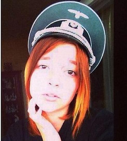 """Uno de los concursantes """"señorita Ostland"""" con un sombrero de Nazi"""