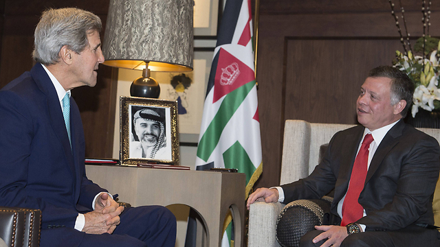 Kerry with Jordanian king. Peace plan has 'not failed yet'. (Photo: AFP)