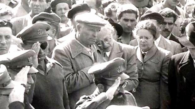 Начальник генштаба ЦАХАЛа Моше Даян (слева) на поминальной церемонии. 1950-е годы