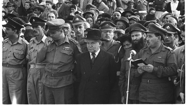 """Давид Бен-Гурион и командиры ЦАХАЛа на поминальной церемонии на горе Герцля в Иерусалиме. 1950-е годы. Фото: Давид Рубингер, архив """"Едиот ахронот"""""""