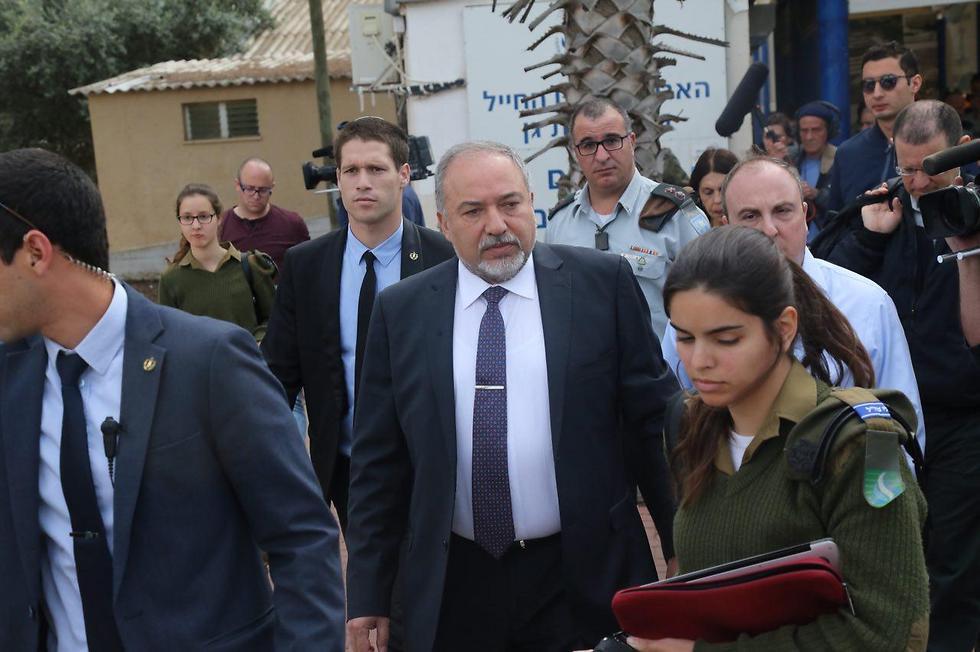 Lieberman at the IDF induction center (Photo: Motti Kimchi)
