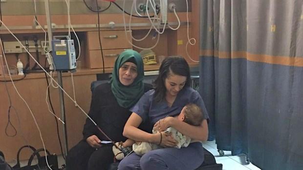 Оля Островски-Зак и палестинский ребенок