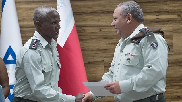 Dr. Yitzhaki with IDF chief Eisenkot (Photo: IDF Spokesman's Office)