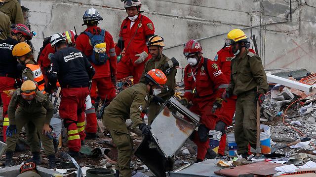 L'équipage israélien aide les efforts de sauvetage (Photo: Reuters)