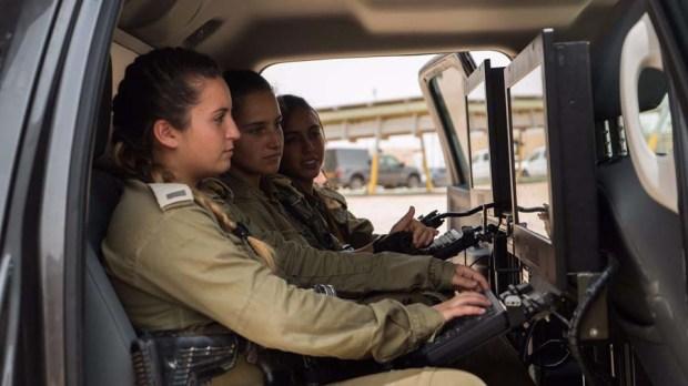Лейтенант Рон Вайсман и ее подчиненные на дежурстве. Фото: пресс-служба ЦАХАЛа