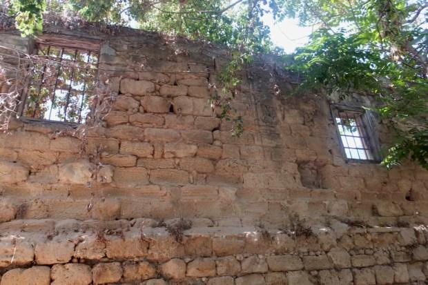 Остатки каменной стены, окружавшей цитрусовую рощу