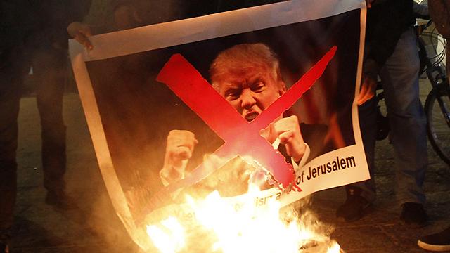 Demonstranten setzen nach der Erklärung in Bethlehem Trumps Bild in Brand (Foto: AFP)