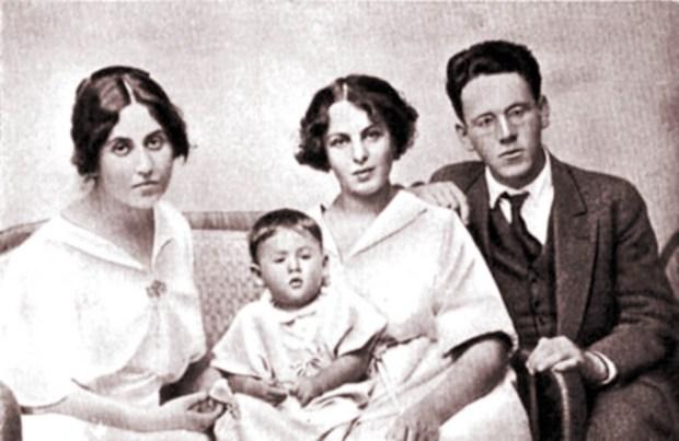 Самуил Маршак с женой, дочерью и сестрой Сусанной, 1915 год