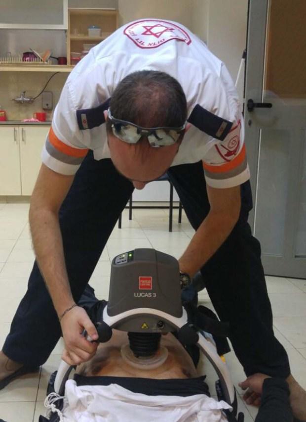 Парамедик с роботом для массажа сердца. Фото: МАДА