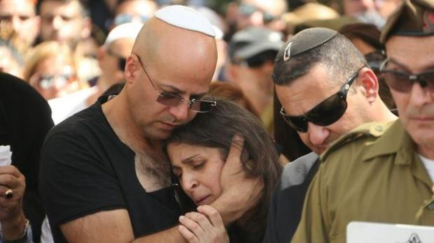 Ronen Daus at his son's funeral (Photo: Motti Kimchi)