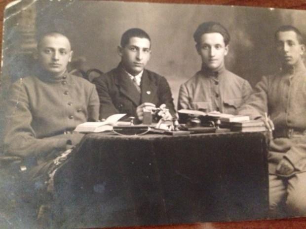 На снимке: групповая довоенная фотография. Яков Нагеров - крайний слева
