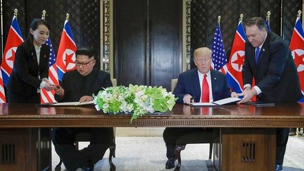 Подписание документа. Фото: AP