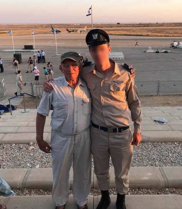 Лейтенант Б. с дедом Юрием Петровичем. Фото: пресс-служба ЦАХАЛа
