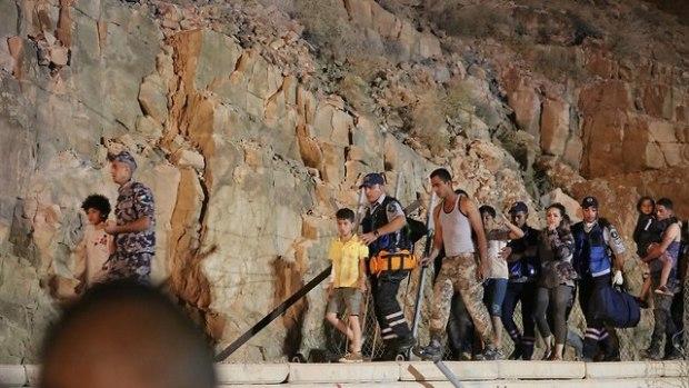 На месте трагедии - иорданцы ищут выживших. Фото: EPA