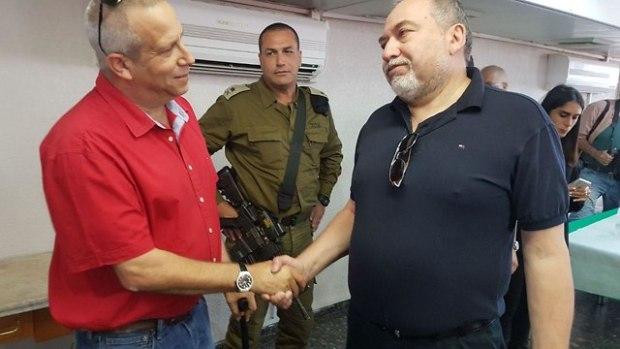 Гади Яркони, глава регионального совета Эшколь, на встрече с министром обороны