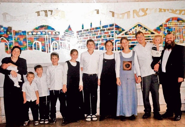 Семья Аелет незадолго до теракта;  по краям - ее мама и пара