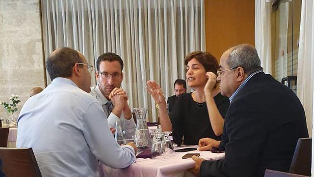 Les membres de l'opposition se rencontrent à la cafétéria de la Knesset