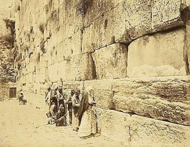 Евреи молятся у Стены плача. Фото: Феликс Бонфилз, Из коллекции Национальной библиотеки (Photo: Felix Bonfils/National Library)
