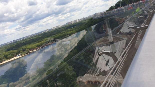 У нового моста стеклянные перила. Фото: Ноа Лави