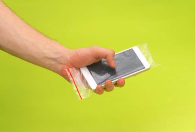 """В пакете """"Сано Суши"""" смартфон надежно защищен от грязи"""