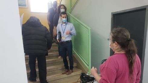 קשיש בן 90 נאלץ לעלות במדרגות בקלפי בשכונת הכרם בירושלים