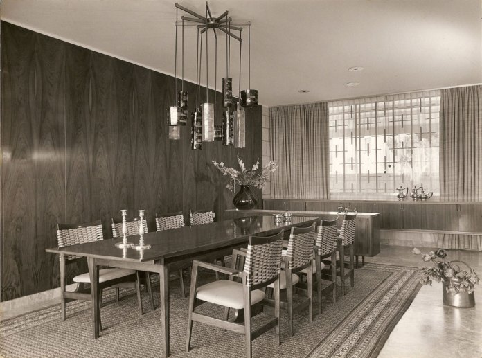על הפנים הופקדה האדריכלית דורה גד, גם היא זוכת פרס ישראל. הקומה העליונה חולקה לכמה מפלסים שחוברו באמצעות מדרגות ספורות, וכך נוצר משחק של חללים פתוחים יותר (כמו הסלון) וחללים אינטימיים יותר (כמו חדר האוכל, חדר העבודה והספרייה). בקומה התחתונה 5 חדרי שינה מרווחים, עם שירותים צמודים לכל חדר ויציאה ישירה לגן (מתוך ארכיון דורה גד, החוג לעיצוב פנים, המסלול האקדמי המכללה למינהל)