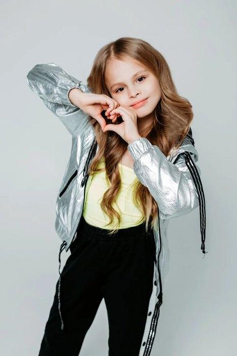 С концерта за парту: девятилетняя певица Милана рассказала о своей карьере