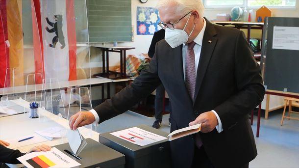 El presidente alemán Frank Walter Steinmeier votando, esta mañana. Foto: EFE