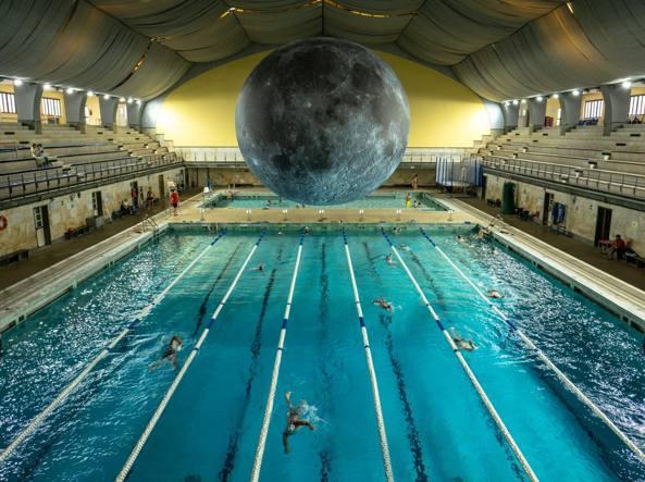 Milano nuotare alla luce della grande Luna linstallazione di Luke Jerram alla piscina Cozzi