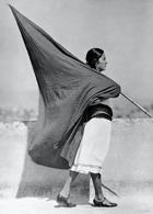 Tina Modotti «Donna con bandiera»