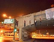 I corpi di nove vittime della narco-guerra appesi a un ponte a Nuevo Laredo, in Messico (Ap)
