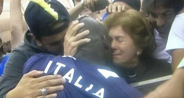 Mario Balotelli abbraccia la mamma al termine di Italia-Germania