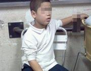 Il piccolo Wilson Reyes ammanettato al posto di polizia (foto New York Post)