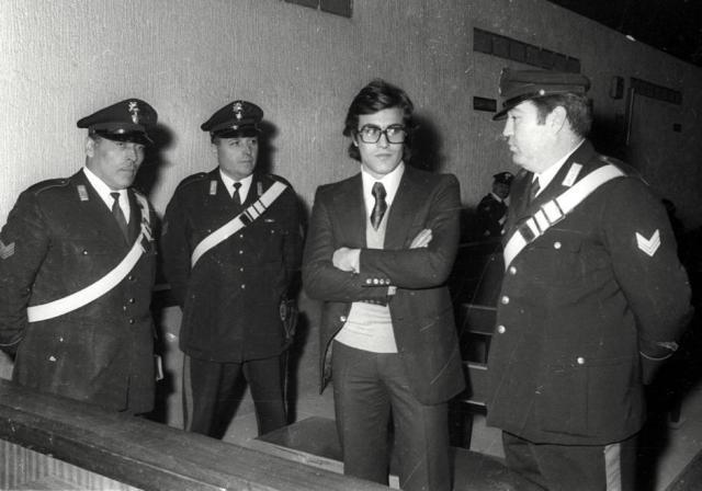 24 febbraio 1975: Achille Lollo, tra i carabinieri, è l'unico imputato al processo di primo grado per il rogo di Primavalle. Venne poi condannato. Pena però prescritta anche grazie ad una fuga in Brasile (Ansa)