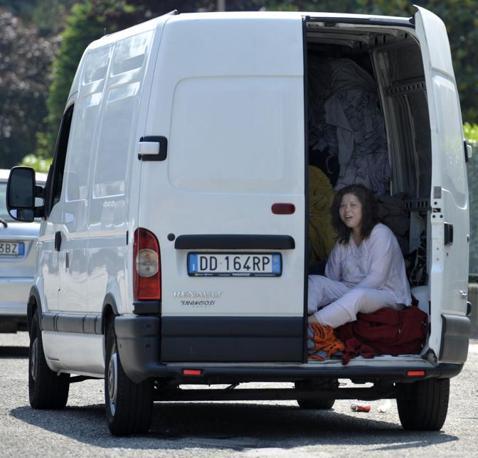Gli abitanti di Mirandola dormono in strada (LaPresse)