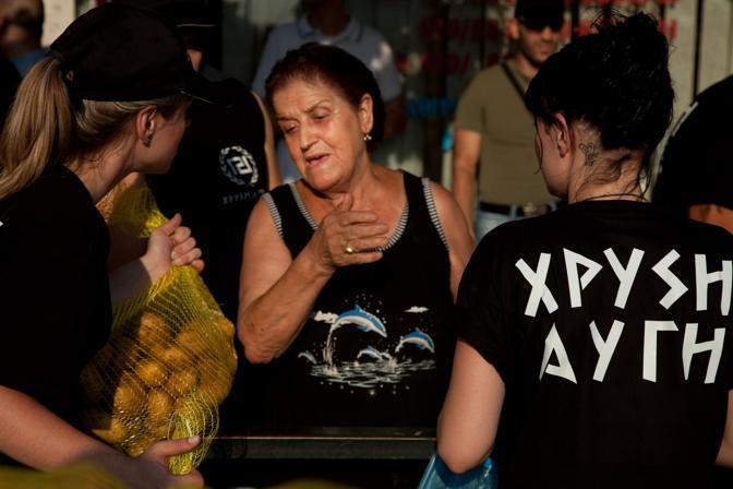 Grecia: iniziative di carità per il partito di estrema destra Alba dorata, ma solo per i bianchi (Alessandra Coppola)