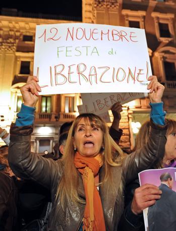 La folla attende nelle piazze di Roma la notizia delle dimissioni di Silvio Berlusconi